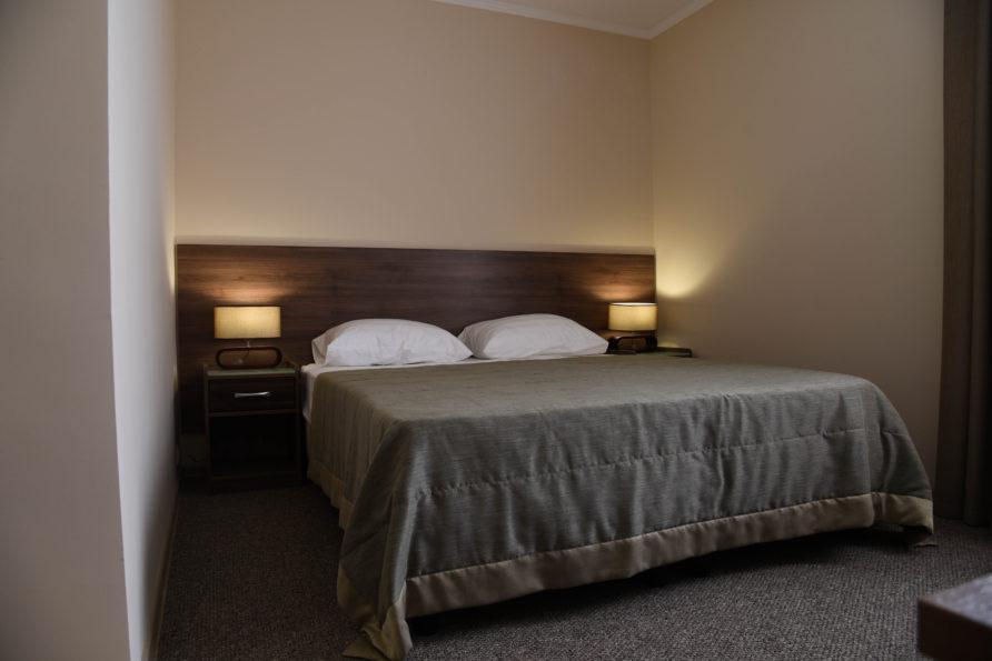 Одна двуспальная кровать